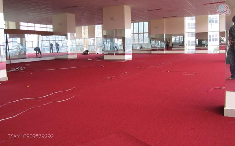 Thi công thảm cuộn văn phòng màu đỏ