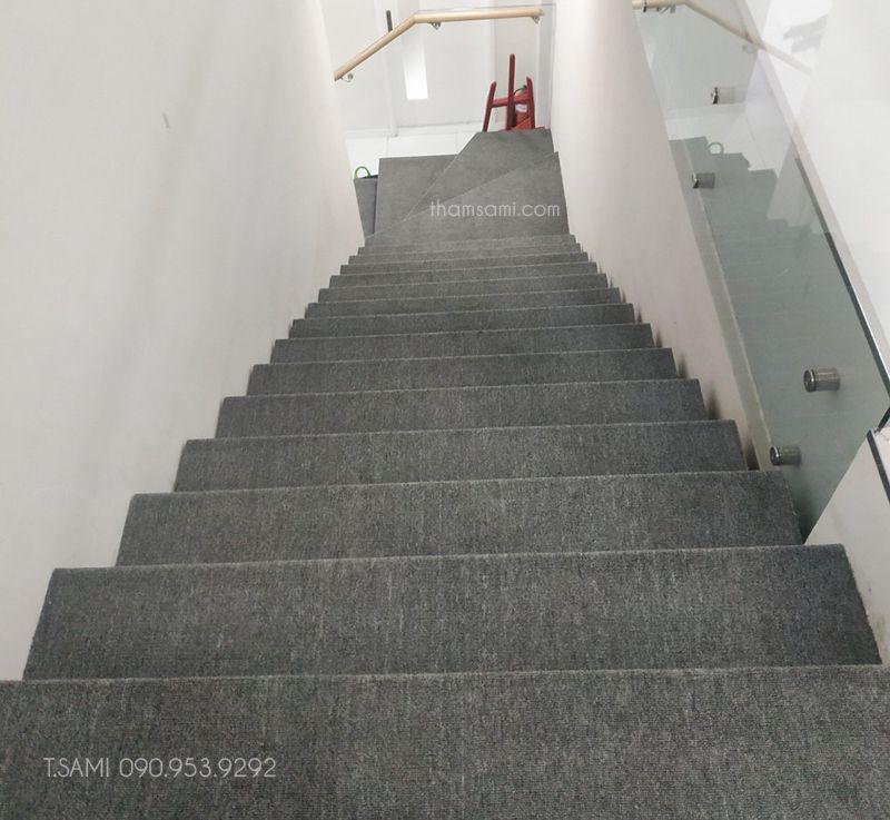 thảm cuộn màu ghi làm thảm cầu thang
