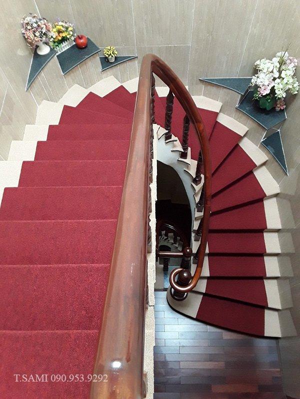 Thảm trải cầu thang văn phòng màu đỏ