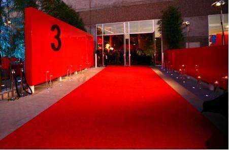 Thảm trải sàn màu đỏ - nét ấn tượng trong không gian phòng khách nhà bạn
